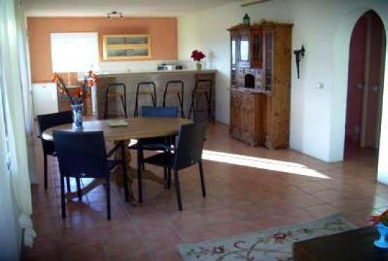 Vakantiehuis in Alora, Andalusië - Woonkamer met zithoek, eethoek en open keuken