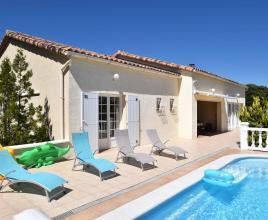 Casa vacanze con piscina in Méjannes-le-Clap, in Languedoc-Roussillon.