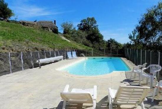Location De Vacances En Cassaniouze, Auvergne   Piscine Commune