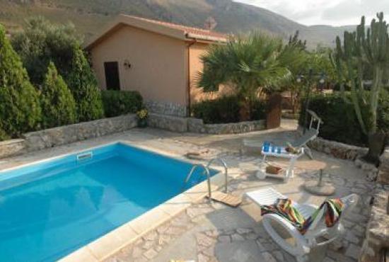 Piscina in casa giardino con piscina per godersi lestate for Piani di casa con cucina esterna e piscina