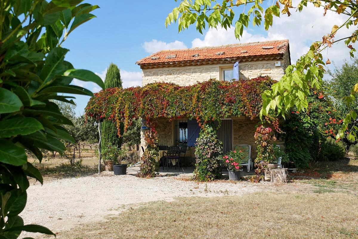 """Dit gerestaureerde, keurig ingerichte vakantiehuis, een """"cabanon"""", met schaduwrijk terras en ruim ..."""